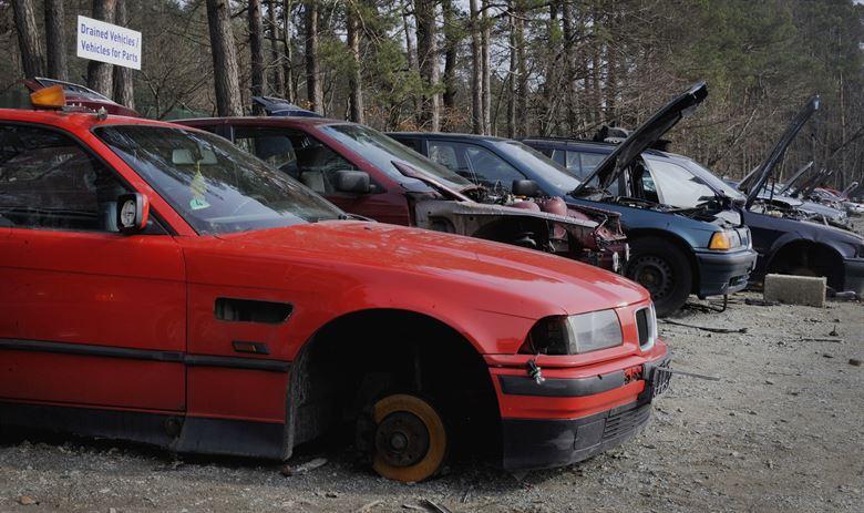 Zdjęcie aut, przygotowanych do złomowania